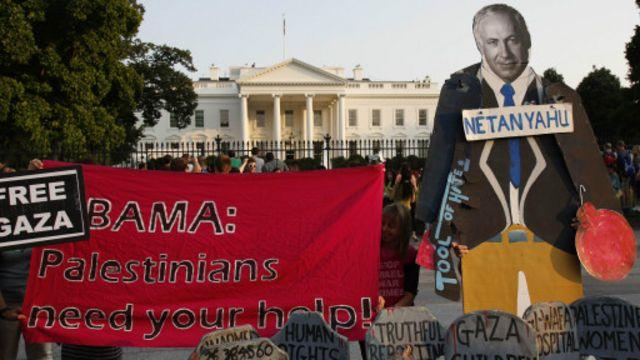 خرج متظاهرون مؤيديون للفلسطينيين في واشنطن أمام البيت الأبيض.
