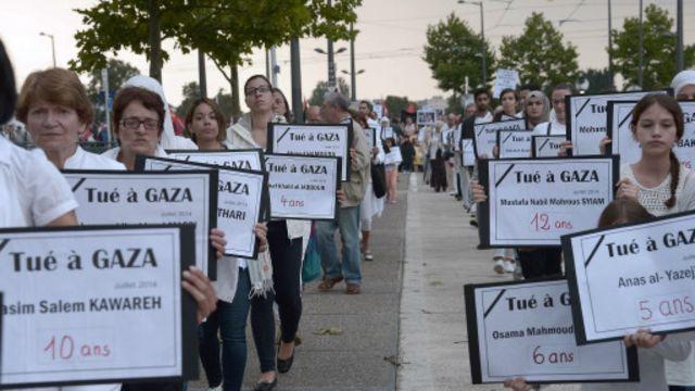 وفي ستراسبوغ خرج آخرون يحملون أسماء القتلى في الاعتداءات الإسرائيلية.