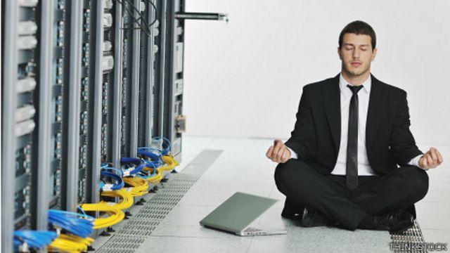 Ejecutivo practicando yoga en la sala de sistemas