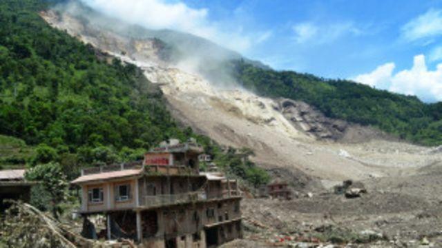 भूकम्पका कारण कतिपय ठाउँमा धाजा फाटेका कारण पहिरोको जोखिम बढेको बताइएको छ