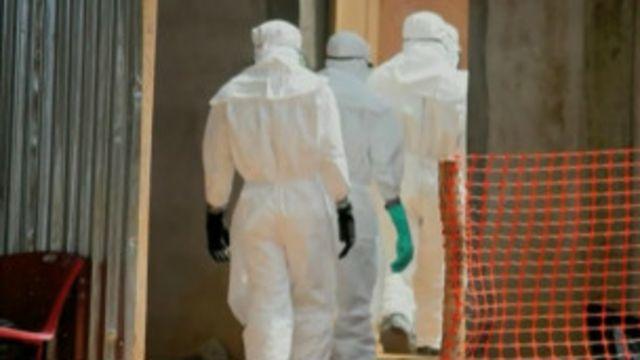 Des agents se préparent à l'enterrement de victimes du virus Ebola (archives).