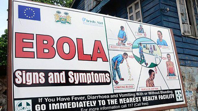 Un afiche en Sierra Leona informa sobre los signos y síntomas del Ébola.
