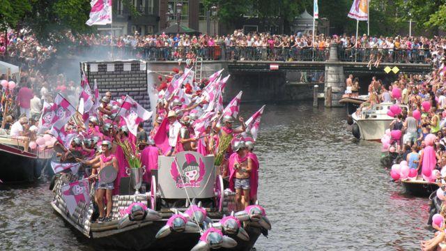 نوزدهمین سال برگزاری این جشنواره چهارساعته با حرکت دستجمعی قایقها در مسیر کانال آمستردام همراه با موسیقی انجام شد