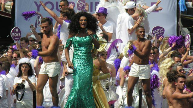 شرکت کنندگان، تماشاچیان و افراد کنار کانال را به رقص و خواندن آواز دعوت میکنند