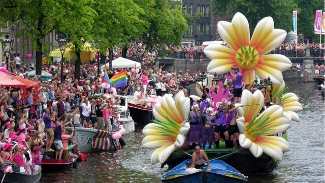 تزئین و طراحی هر قایق منحصر بهفرد و دارای موضوعی خاص است. لباس و گریم  افراد حاضر در قایقها هم مرتبط با موضوع قایق انتخاب شده است