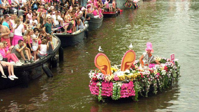 قایقهای زیادی برای تماشا در دو طول طرف کانال لنگر می اندازند  و بازدید کننده هایی که از سراسر دنیا برای تماشا آمده اند با تشویق و پایکوبی از رژه استقبال میکنند