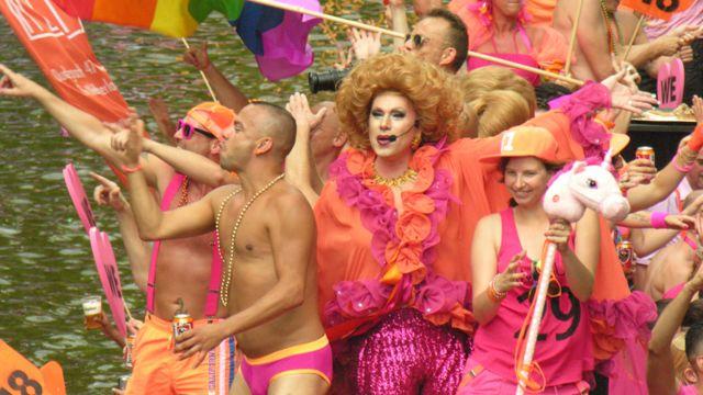 هر ساله هزاران نفر برای شرکت و تماشای این جشنواره به هلند سفر میکنند و در مسیر  شش کیلومتر کانال شهر آمستردام به جشن و پایکوبی می پردازند
