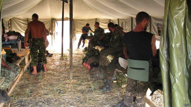 Украинские военнослужащие в палатке
