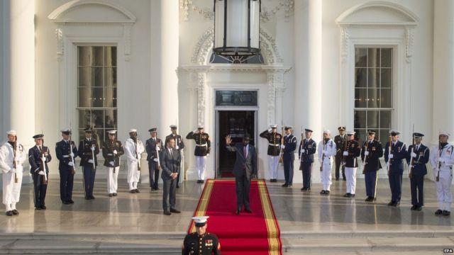 Shugaban kasar Sudan ta Kudu Salva Kiir na daga wa jama'a hannu a lokacin da ya isa fadar White House.