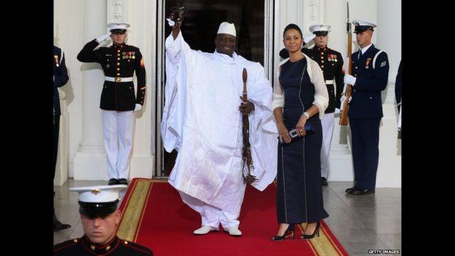 Shugaban kasar Gambia Yahya Jammeh ya daga wa masu daukar hoto hannu a lokacin da ya isa fadar tare da matarsa Zineb Jammeh.