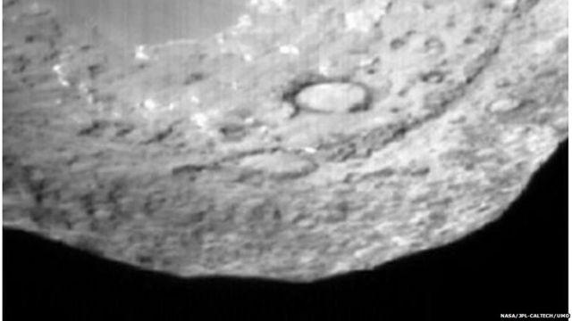 9P/Tempel ကြယ်တခွန်ရဲ့ မျက်နှာပြင် အနီးကပ် ပုံရိပ်။ Deep Impact မူလ အာကာသ ယဉ်ကနေ ကြယ်တံခွန် မျက်နှာပြင်ပေါ် တမင် ထိုးချတဲ့ ယာဉ်ငယ်ကနေ ရိုက်ယူပေးခဲ့။