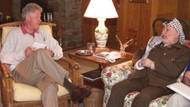 Bill Clinton (à esq.) e Yasser Arafat (à. dir) Foto: AP