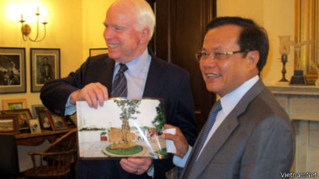 Ông Phạm Quang Nghị tặng ông John McCain ảnh chụp tấm bia có hình ông