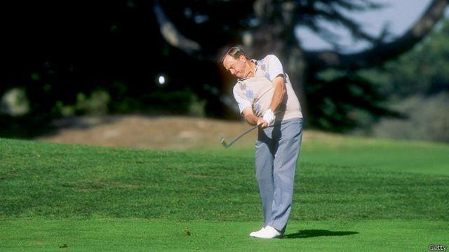 Алан Шепард играет в гольф