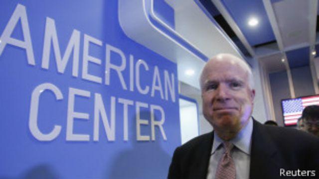 Thượng nghị sĩ John McCain trao đổi với báo chí ở American Center tại Hà Nội