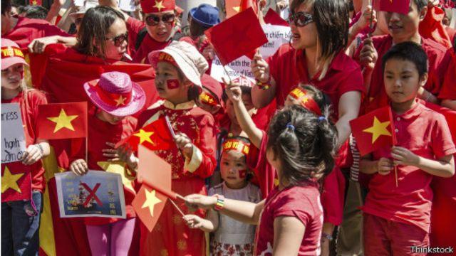 Người Việt khắp nơi trong đó có London đã biểu tình phản đối Trung Quốc trong vụ giàn khoan