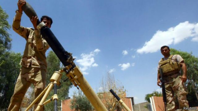 """قوات من البيشمركة تستعد لاطلاق قذيفة مورتر خلال معارك مع متشددي """"داعش"""" في نينوى"""
