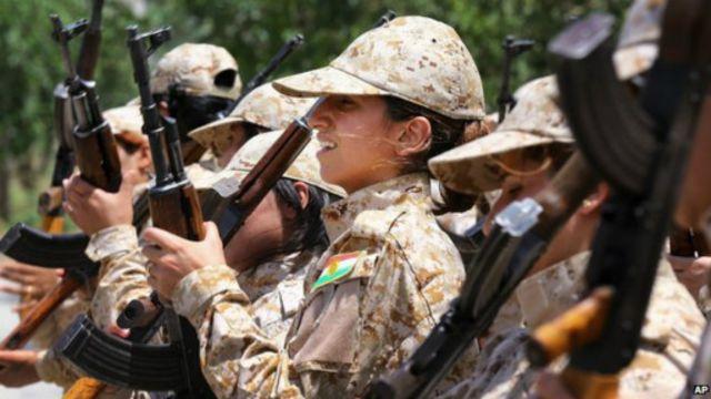 """وحدات خاصة من مقاتلات البيشمركة أثناء تدريبهن على القتال ضد متشددي """"داعش"""" في العراق"""
