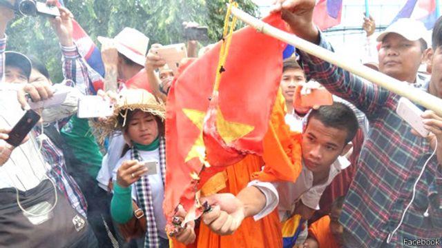 Người biểu tình đe dọa tiếp tục đốt cờ