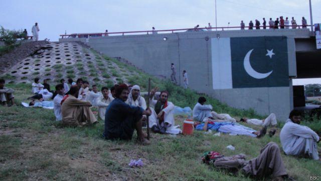 اسلام آباد کی شاہراہ دستور پر لگے ان خیموں کی وجہ سے ابتدائی چند روز تک اس اہم سڑک پر آمد و رفت معطل ہو گئی تھی، تاہم اب ٹریفک بحال ہو چکی ہے