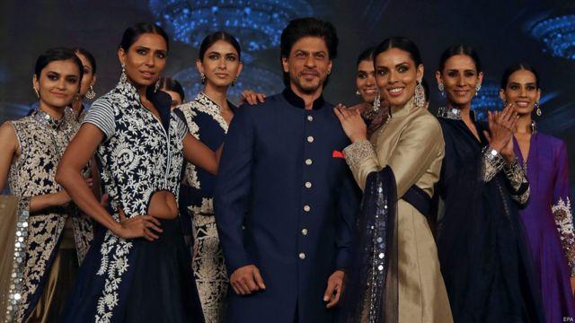 'हैप्पी न्यू ईयर' फिल्म के कलाकारों के साथ शाहरुख खान