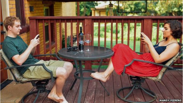 Kevin Holesh (izquierda) estaba tan preocupado por su adicción al celular que creó una aplicación para monitorear su uso.