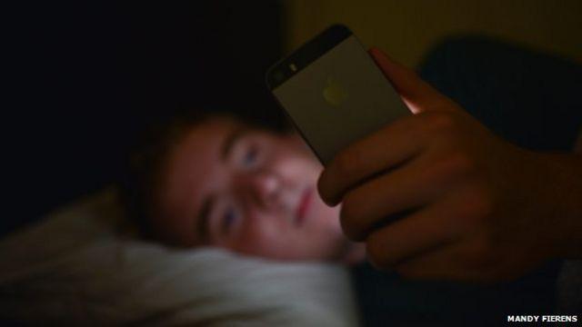 Muchas personas revisan el celular al apenas despertarse y justo antes de acostarse.