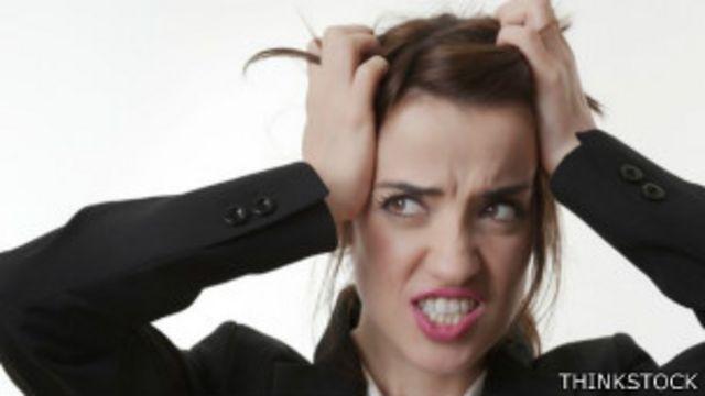 """Los expertos dicen que un creciente número de personas manifiestan estar con estrés por estar """"siempre encendidos""""."""