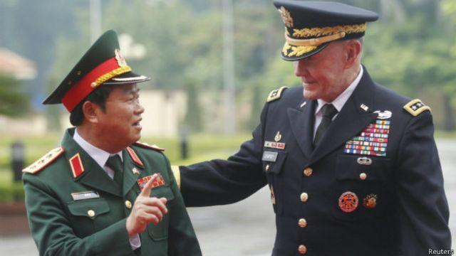 登普西与越南总参谋长杜伯巳交谈