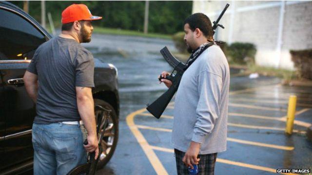 Los dueños de tiendas han optado por esgrimir sus armas.