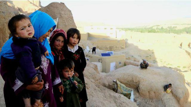 بامیان کے غاروں میں تقریبا 700 افغان کنبے آباد ہیں جن کے پاس نہ تو زمین ہے اور نہ ہی وہ روایتی گھر بنانے کی سکت رکھتے ہیں