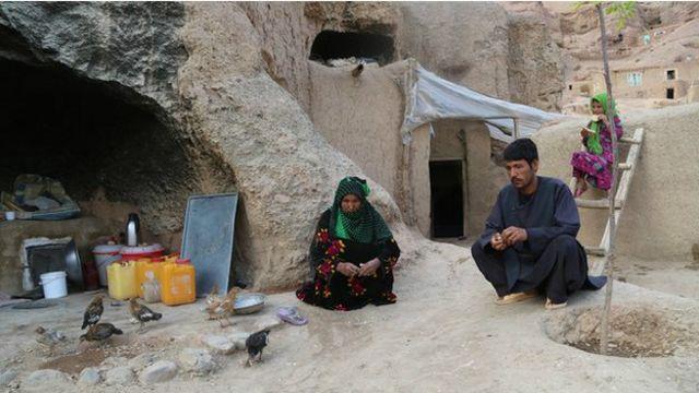 حلیمہ اور ان کی بہو زردوزی سے کچھ پیسے حاصل کر لیتی ہیں