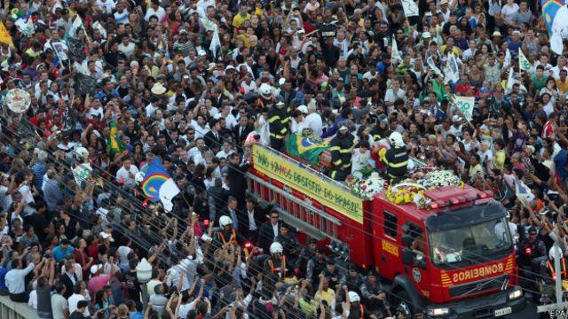 Una multitud despide los restos de Eduardo Campos, el candidato presidencial socialista muerto en un accidente aéreo en Brasil.