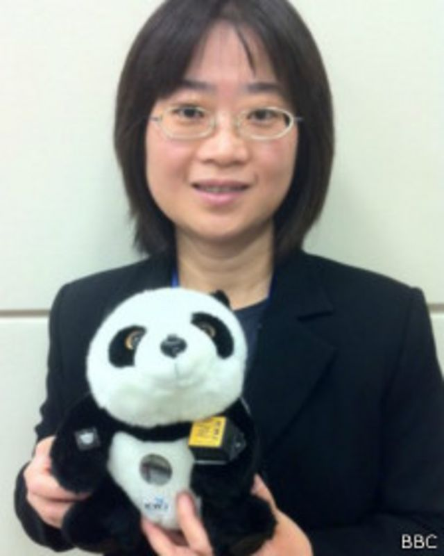 Suiqiong Li con el oso sensor
