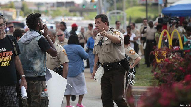 Manifestante y policía en Ferguson