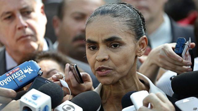 Marina Silva, candidata del partido Socialista Brasileño, habla frente a micrófonos de medios de información.