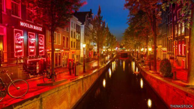 هناك شوارع كاملة في أمستردام متخصصة في الترويج للبغاء