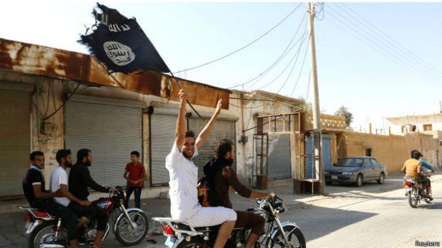 شادی گروهی از ساکنان شهر طبقه بعد از تسخیر پایگاه هوایی منطقه توسط داعش
