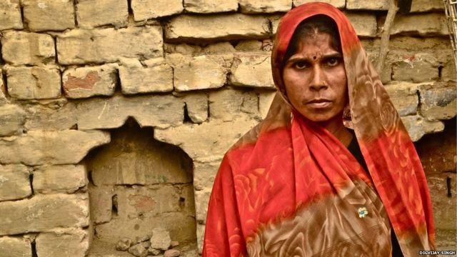 """Manisha da ke zaune a gundumar Mainpuri a jihar Uttar Pradesh na kwashe bahaya a bandakunan gidaje 20 a kullum. """"Ina amfani da faranti da aka yi da gwangwani da kuma tsintsiya wajen kwashe bahaya daga Shadda, sannan na tafi da shi na zubar. Aiki ne na kazanta sai na ji ba na son cin abinci."""" In ji Manisha."""