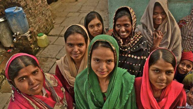 """Sahina ta fito ne daga gundumar Ujjain a jihar Madhya Pradesh ta bayyana cewa """"Ana kebe ni wajen cin abinci a makaranta. Wata rana da abin ya ishe ni sai na zubar da abincin. Hakan ya sa aka rage mini maki saboda na nuna adawa da abin da ake yi mini."""""""