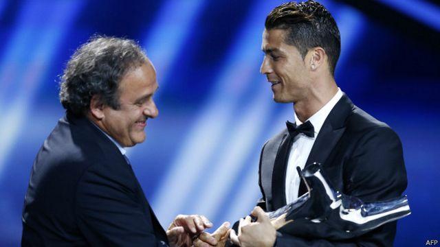 Мишель Платини вручил награду Роналду