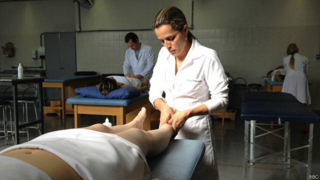 Alunos de Massoterapia de um curso Pronatec (BBC Brasil)