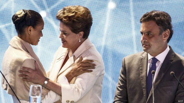 Marina Silva, candidata del Partido Socialista brasileño, saluda a su rival del Partido de los Trabajadores y actual presidenta Dilma Rousseff frente al postulante socialdemócrata Aécio Neves durante un debate televisivo.