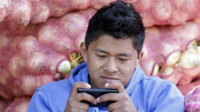 Hombre utlizando su celular en Ecuador