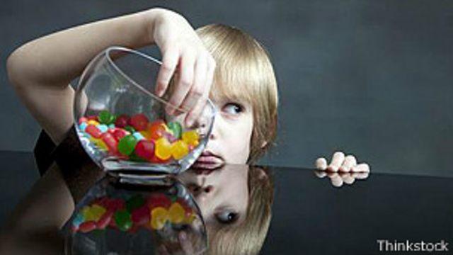Niño con caramelo