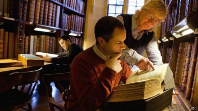 كان العمل يعتمد على خط اليد قبل استخدام الكمبيوتر في جمع مادة القاموس