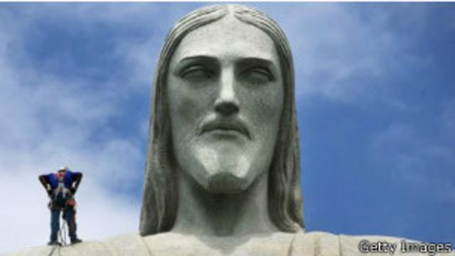 Un hombre trabaja sobre la estatua del Cristo Redentor en Río de Janeiro.