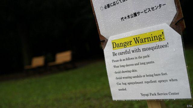 Cartel de advertencia en parque Yoyogi