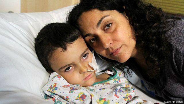Ashya con su madre Naghemeh King