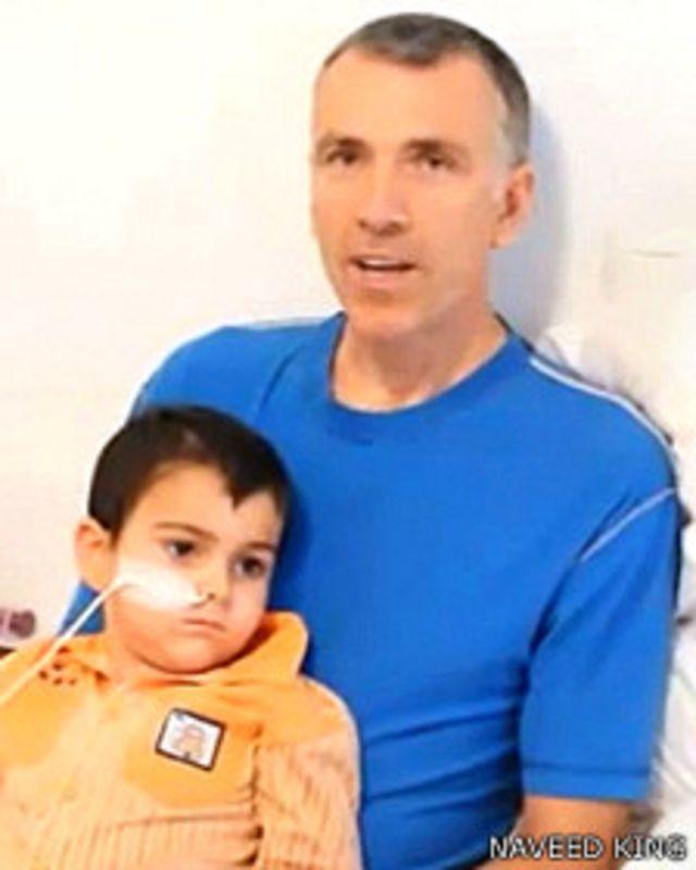 Brett King con su hijo Ashya